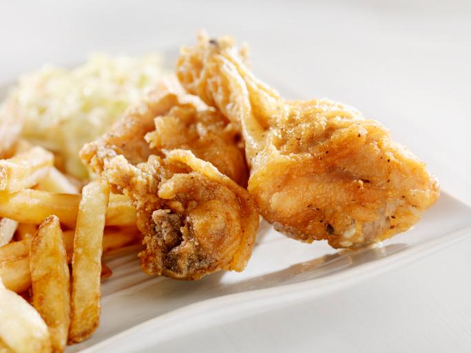 Pollo frito con patatas y ensalada de col