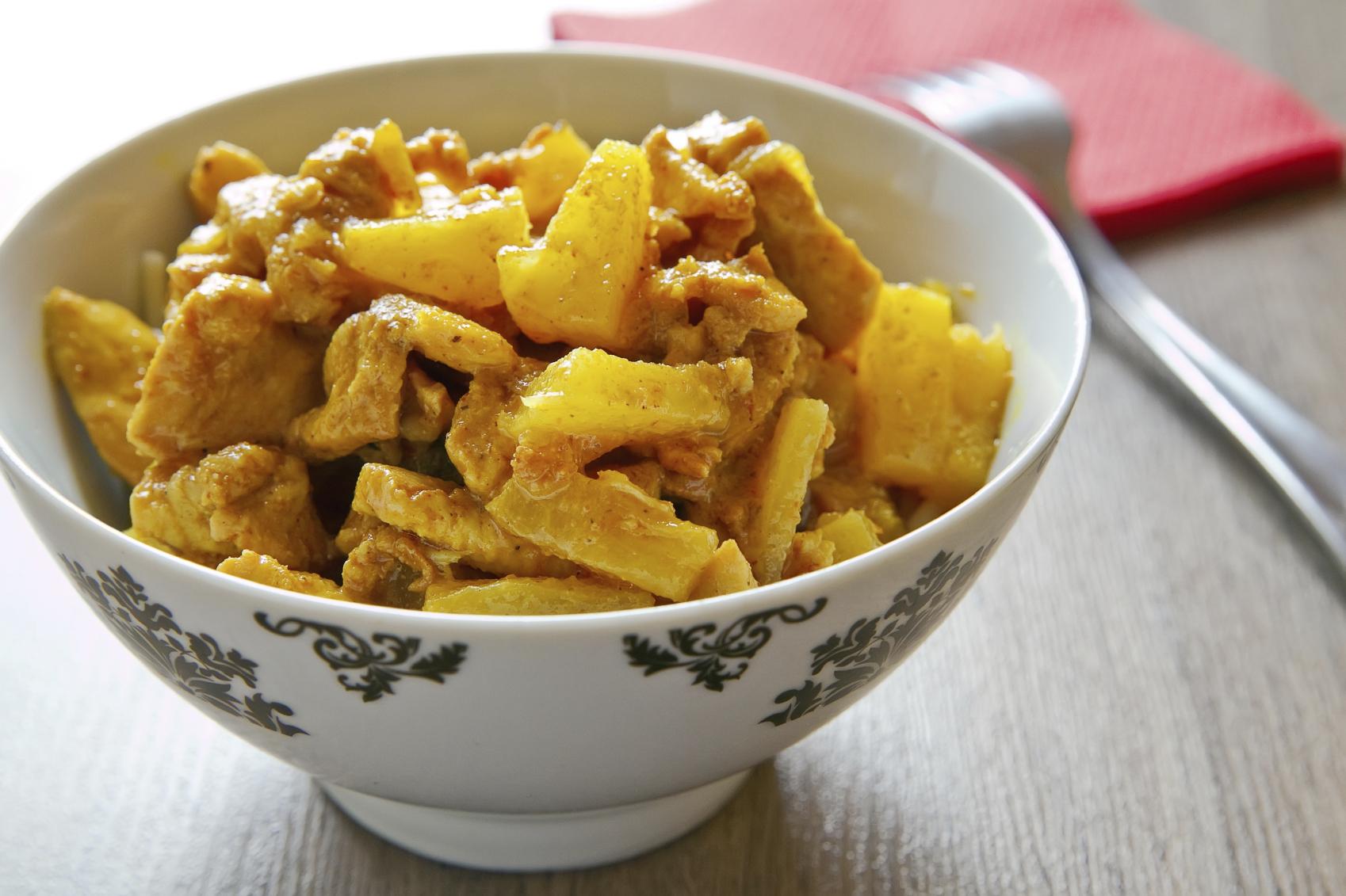 Pollo con frutas al sabor del curry y las anchoas