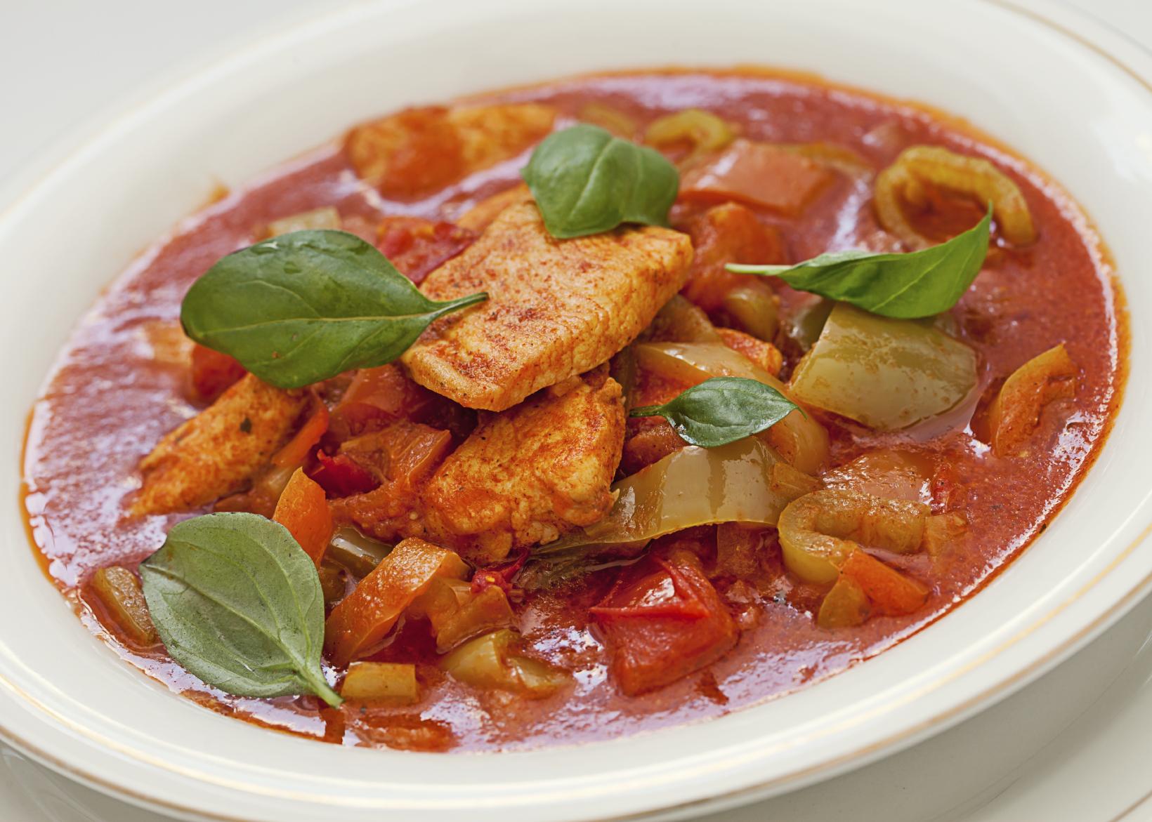 Pollo guisado con salsa de tomate y cerveza