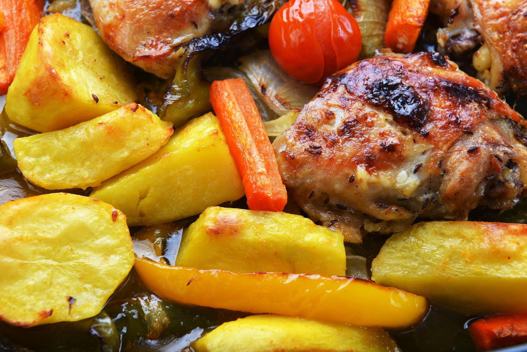 Pollo al horno con patatas doradas y pimientos asados