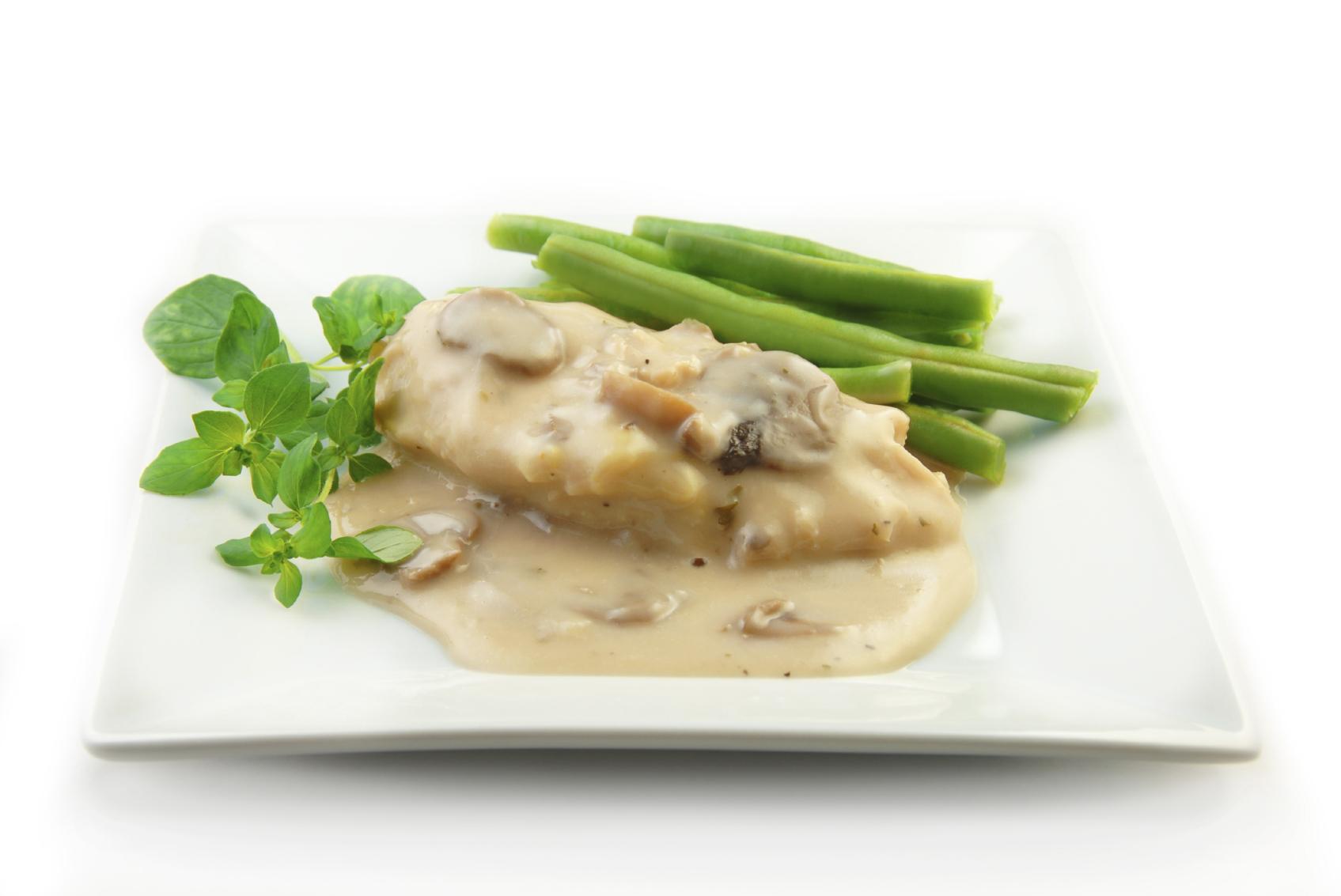 Pollo con salsa de champiñones y nata