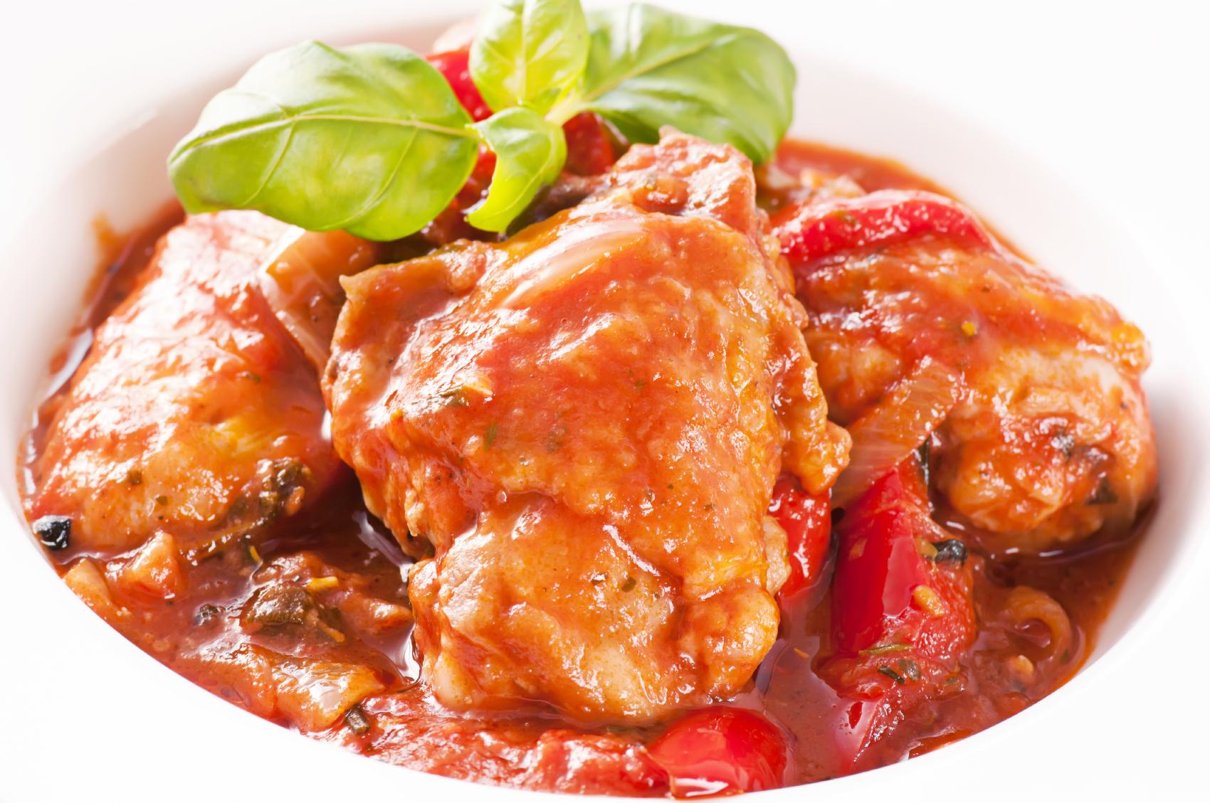 Pollo en salsa de tomate al comino