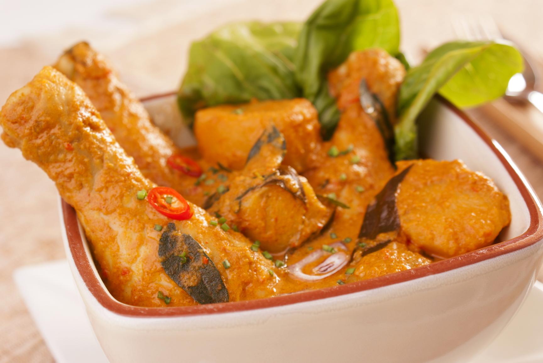 Pollo con verduras y patatas en salsa de curry
