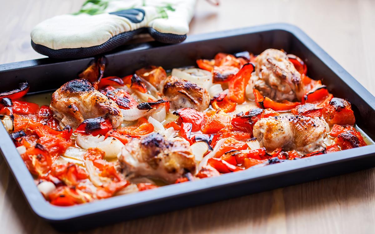Pollo con pimientos asados y cebolla