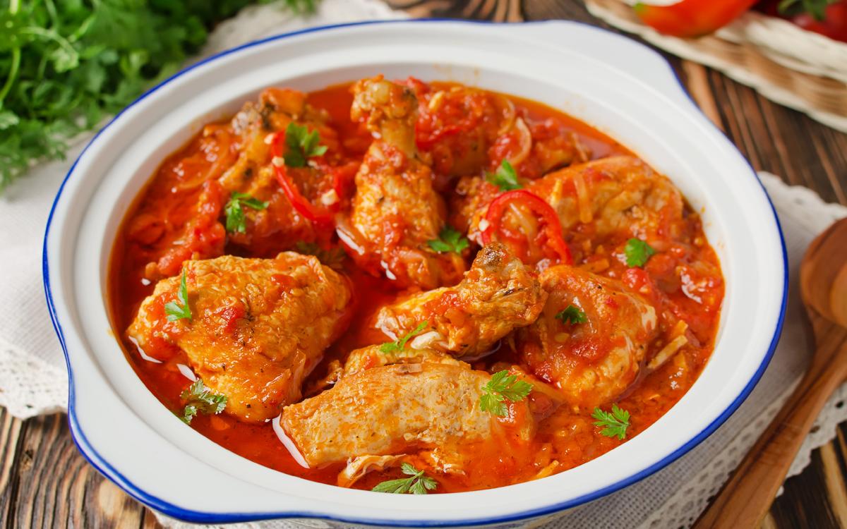 Pollo con tomate casero