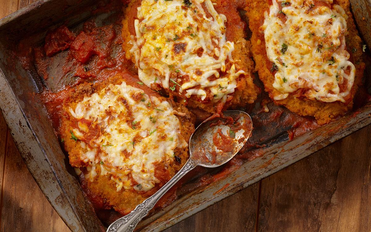 Pollo empanado con tomate y queso gratinado