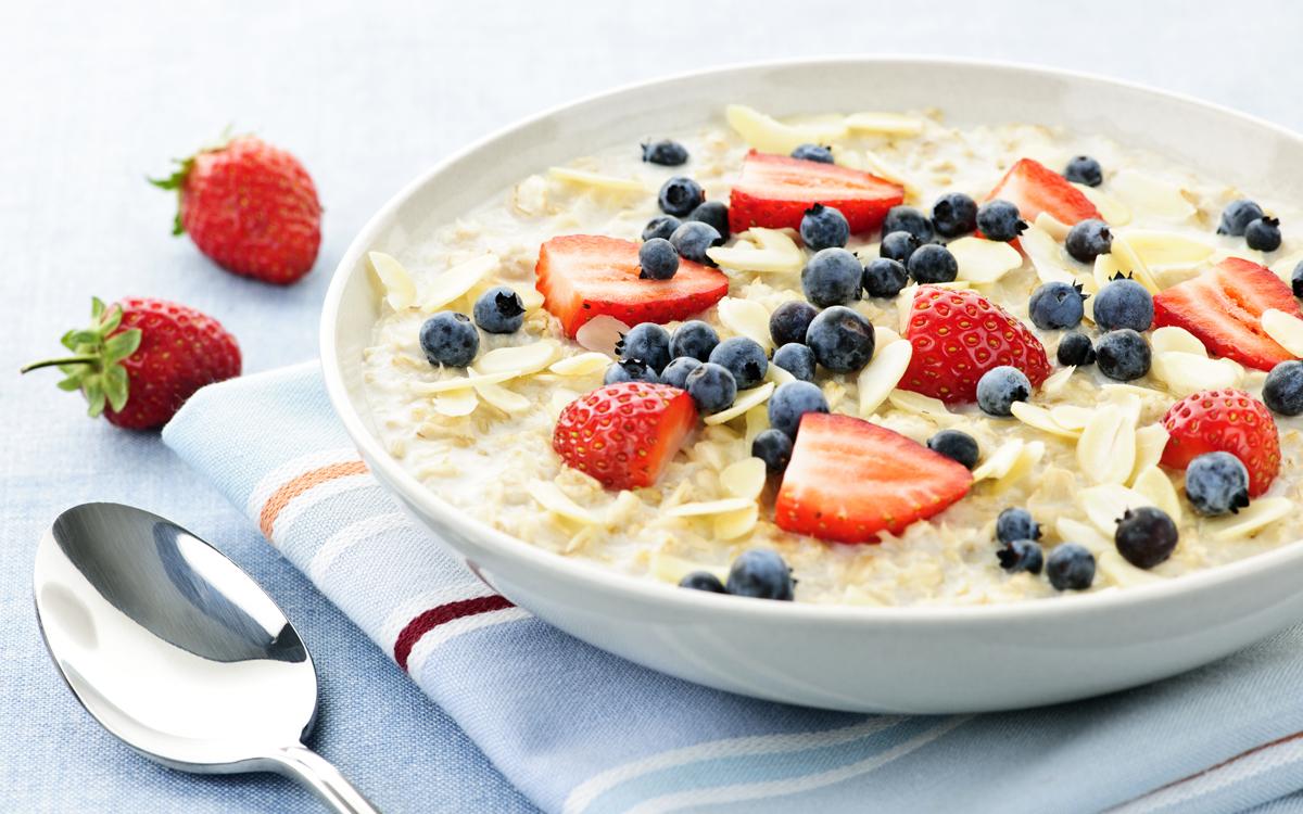 Porridge de avena con fresas, arándanos y almendra