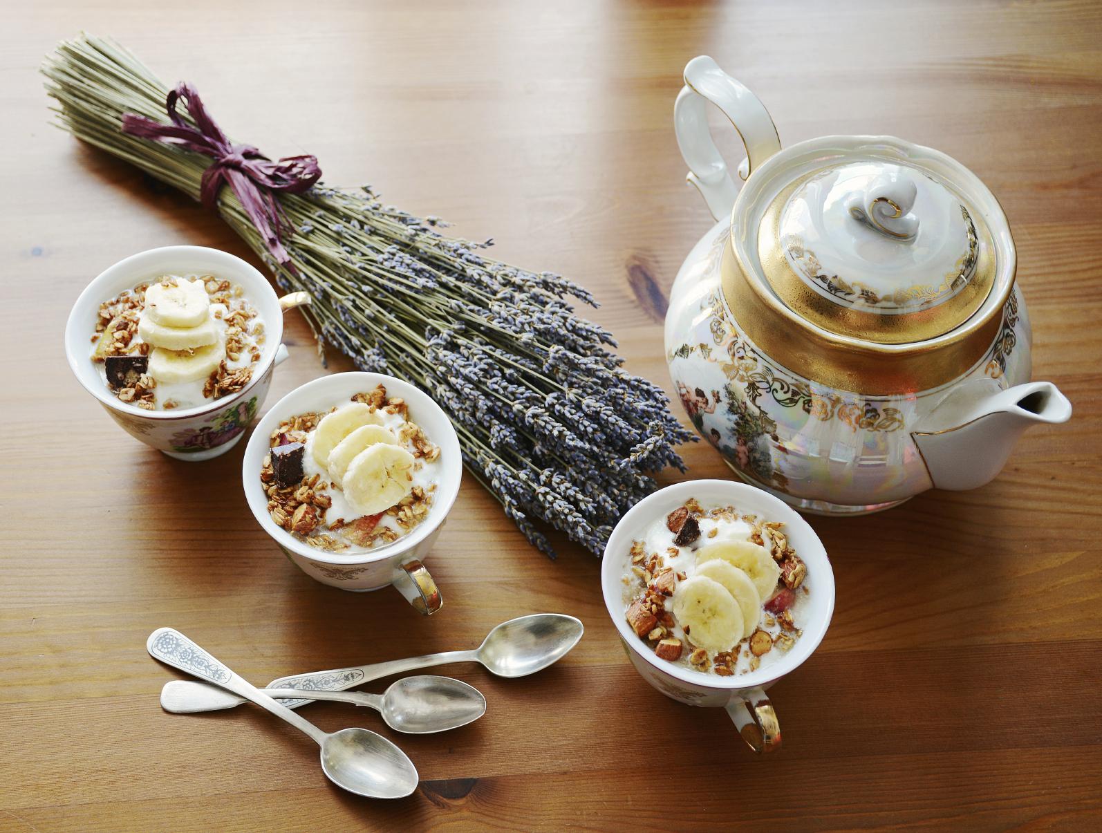 Postre de coco y yogurt con miel y nueces