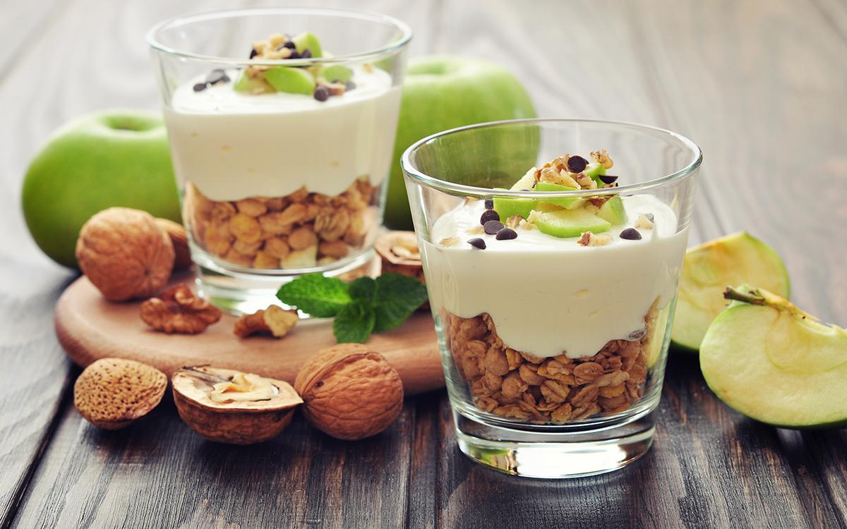 Postre de yogur, manzana y granola