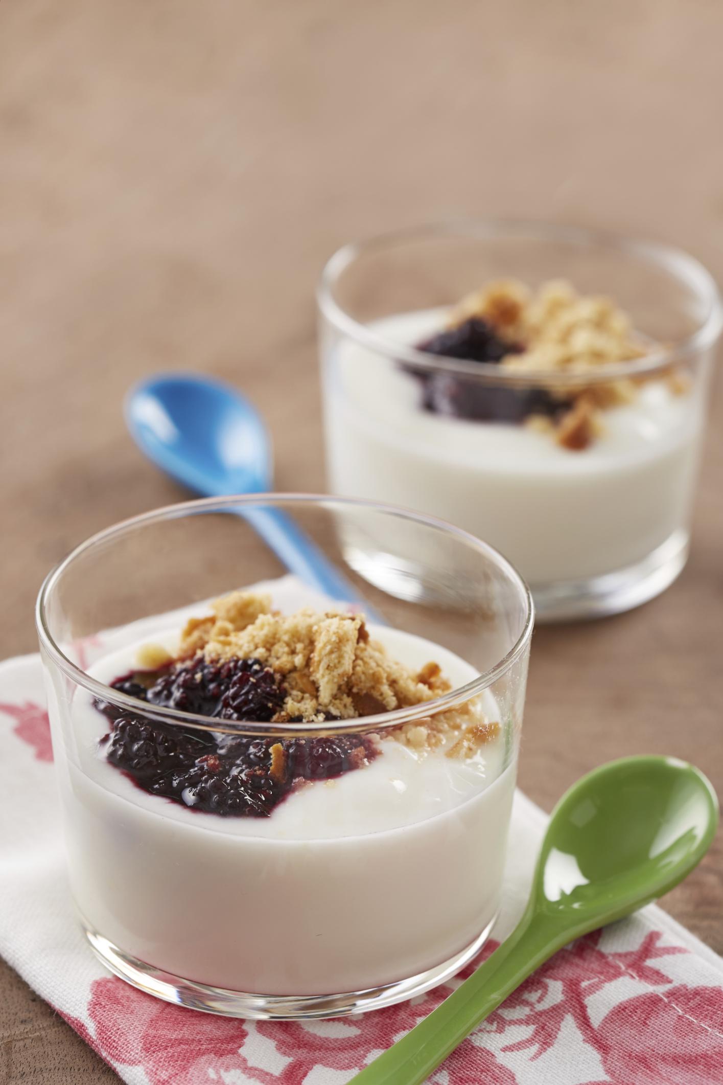 Postre yogur con salsa de frambuesas y arándanos