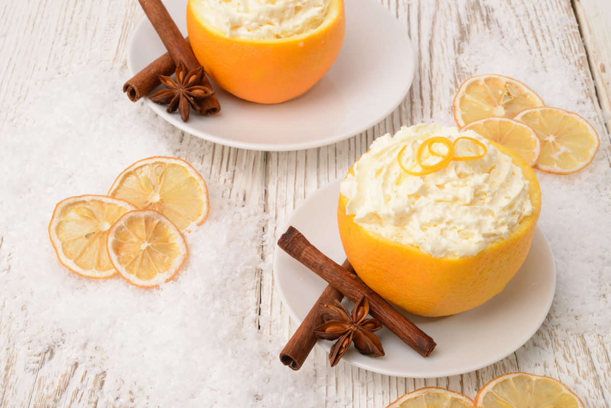 Postre de naranja con nata montada