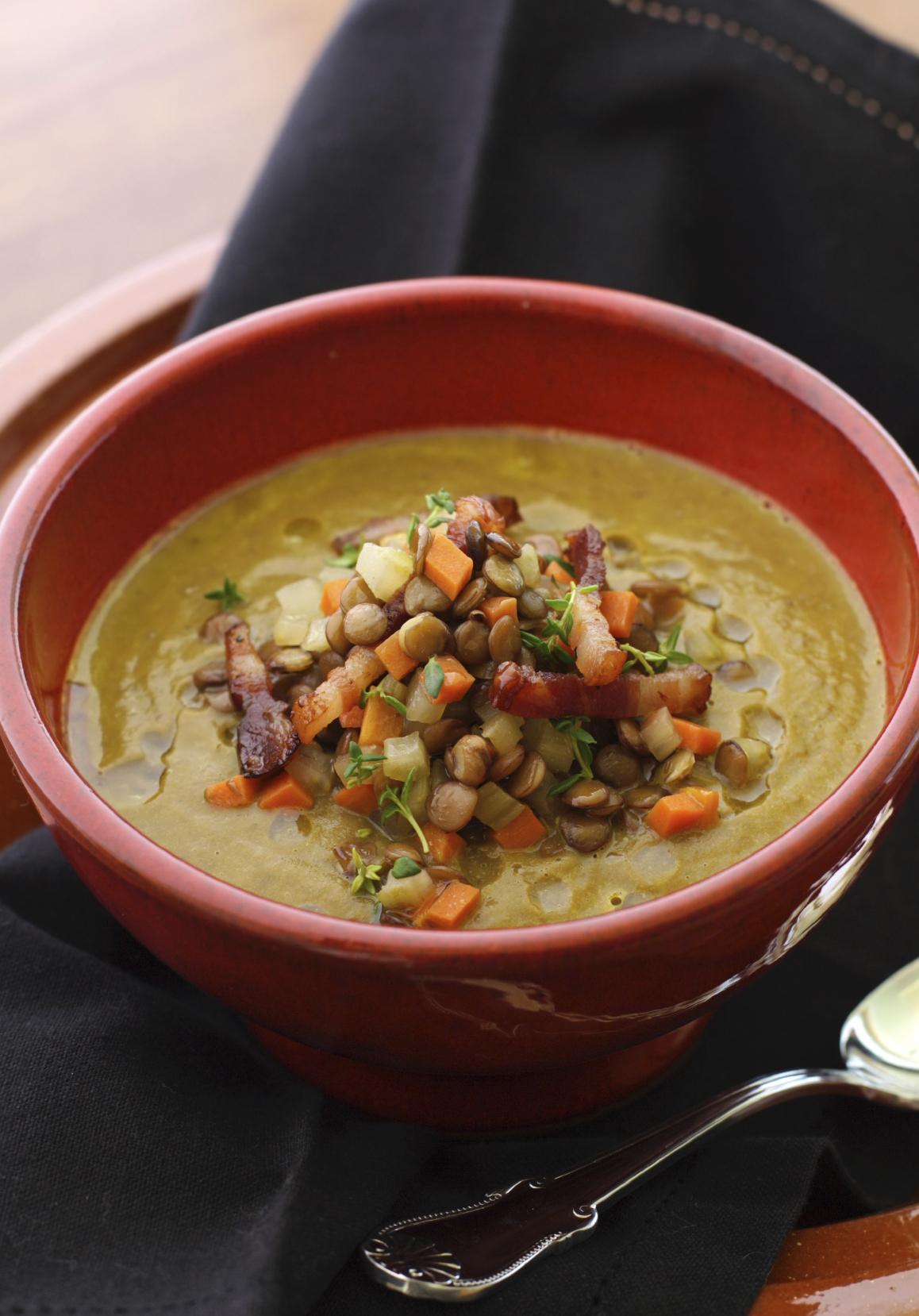 Puré de lentejas con verduras y bacón