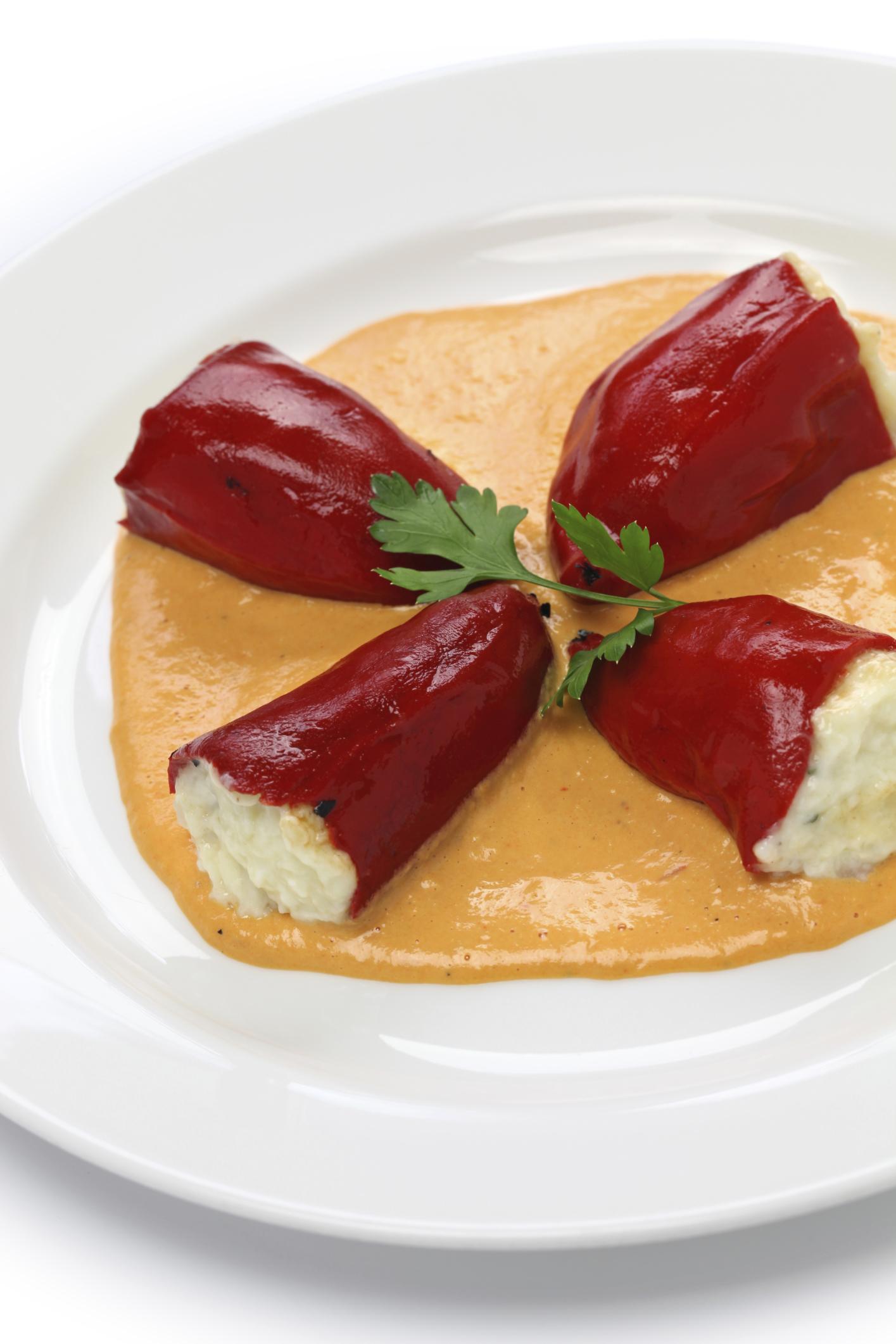 Pimientos del piquillo rellenos con salsa