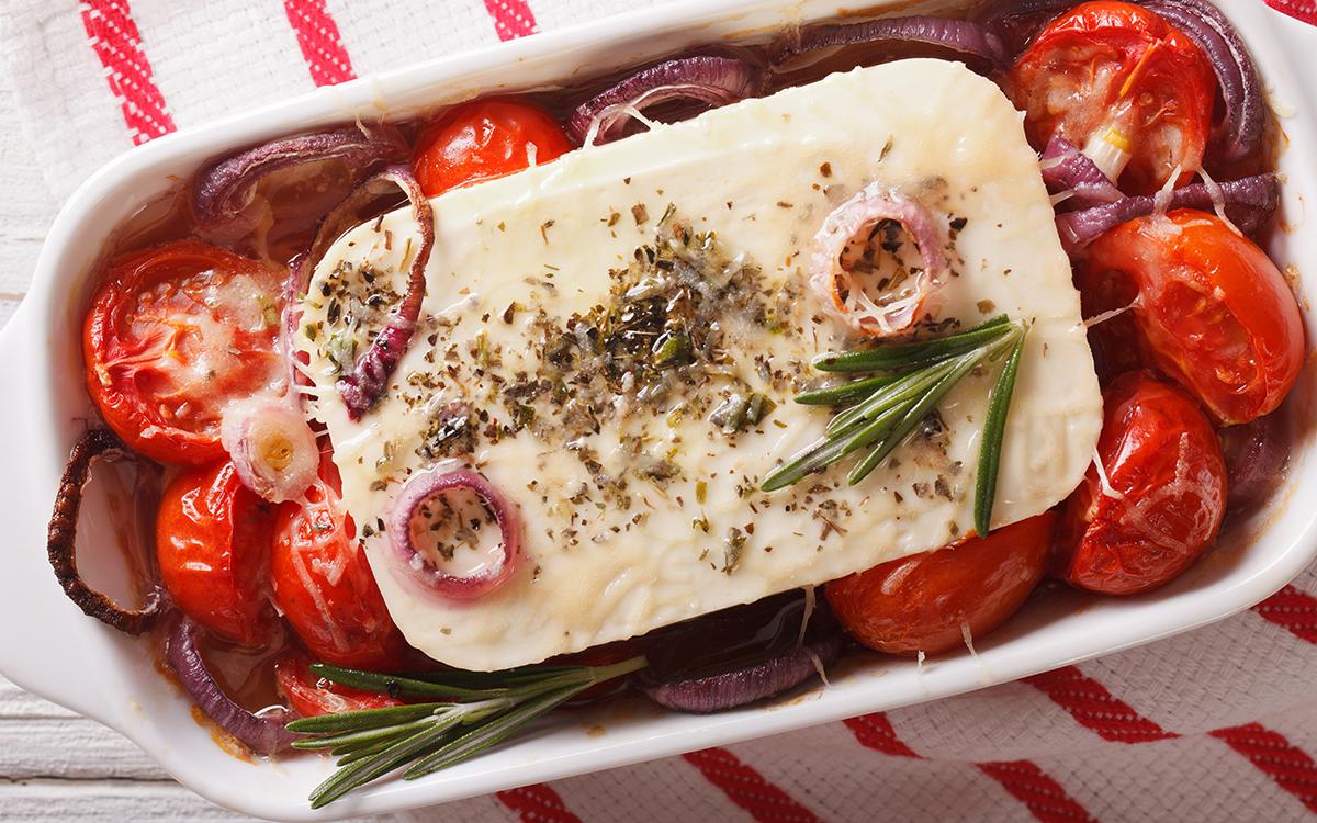 Queso provolone al horno con hierbas, tomates y cebolla