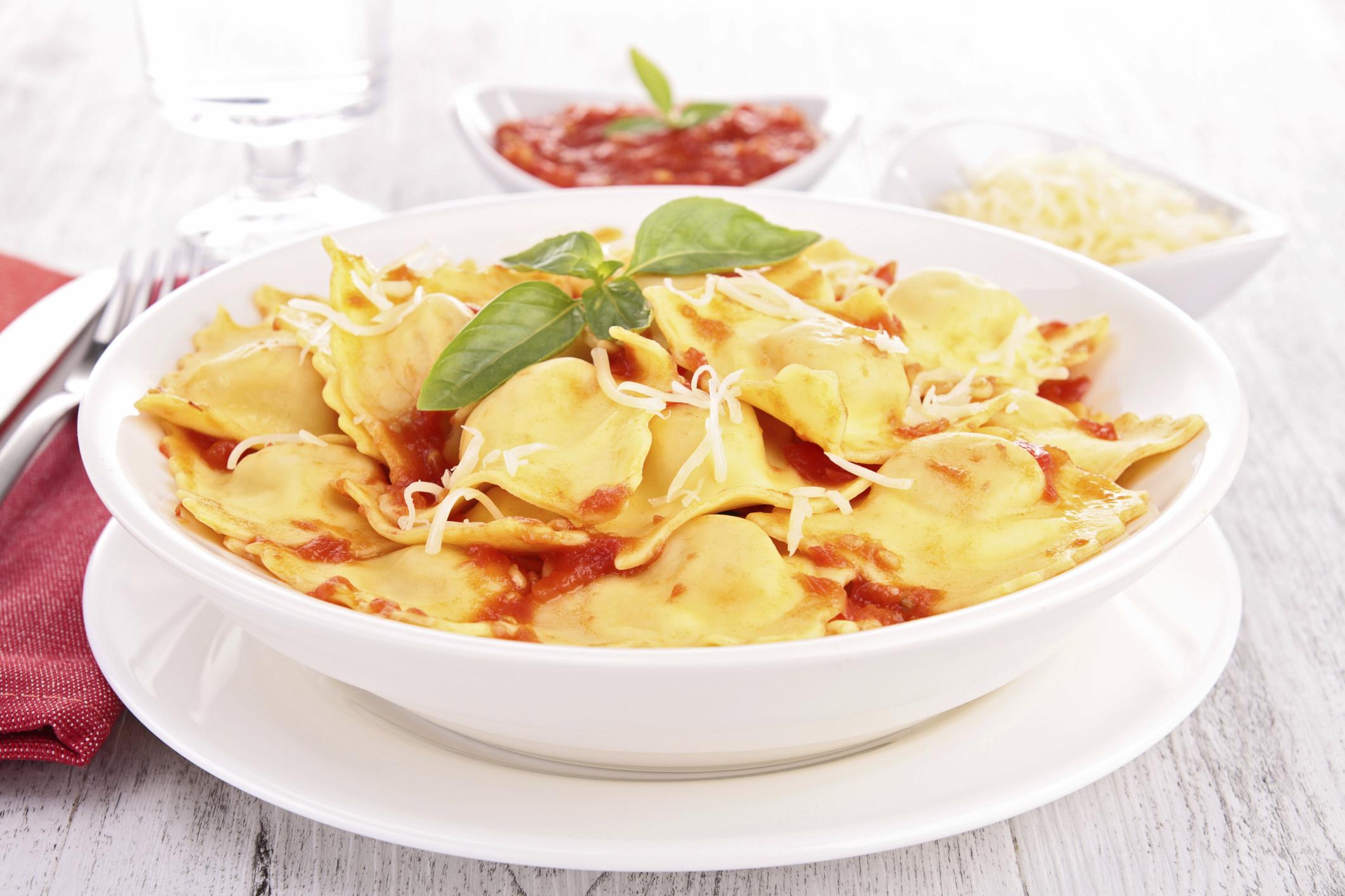 Ravioli de carne con tomate fresco y salsa de espinacas