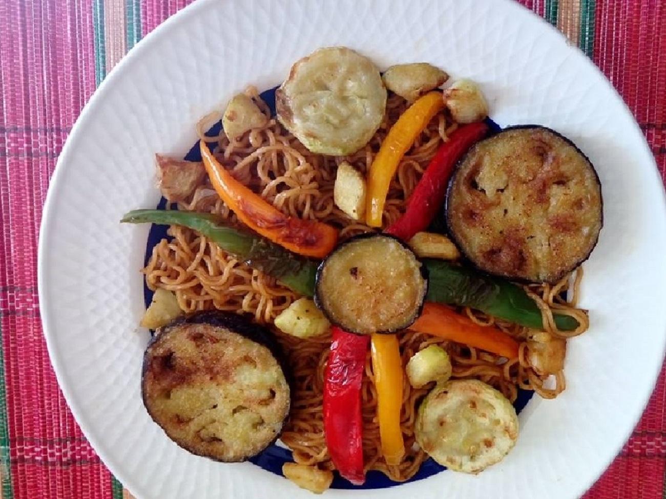 Fideos orientales con verduras