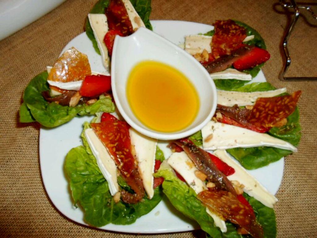 Barquitas de fresa, brie y anchoa con crujiente de arroz y vinagreta de naranja