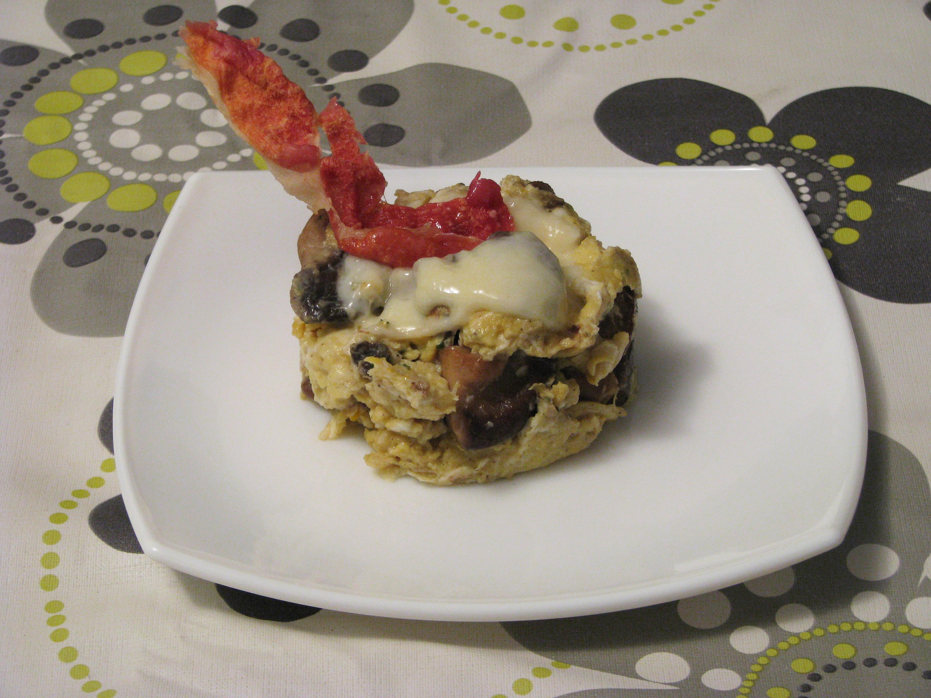 Revuelto de setas con crema de queso y crujiente de jamón