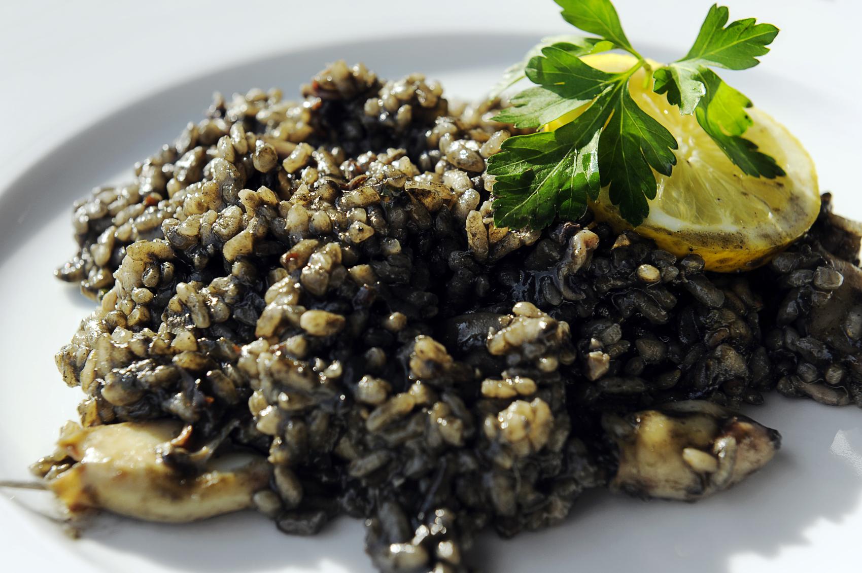 Risotto con frutos de mar y tinta de calamar
