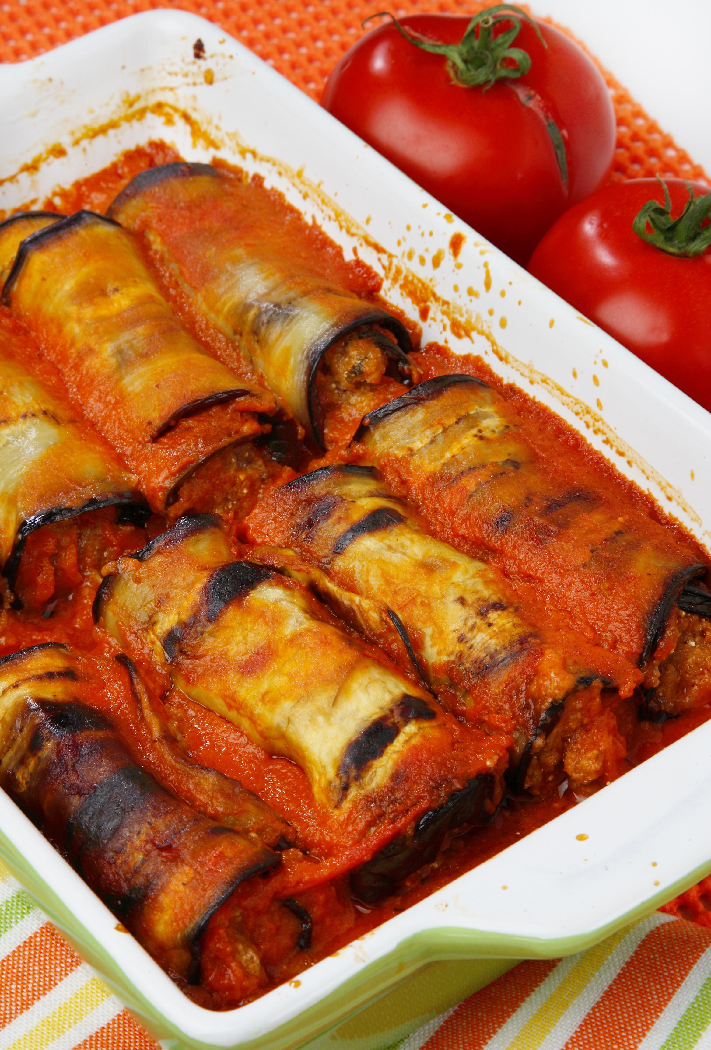 Rollitos de berenjena en salsa de tomate