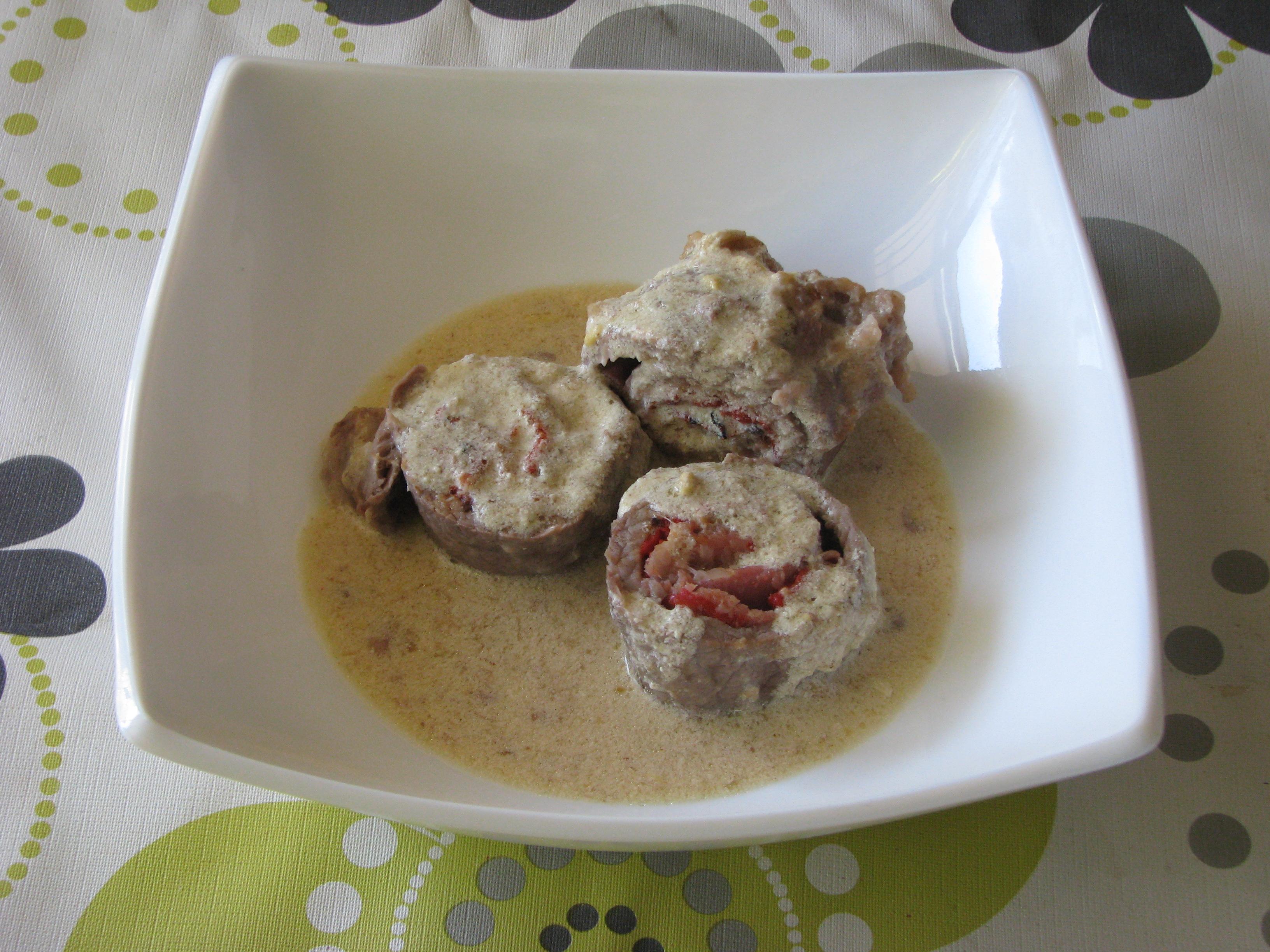 Rollitos de ternera con salsa de mostaza