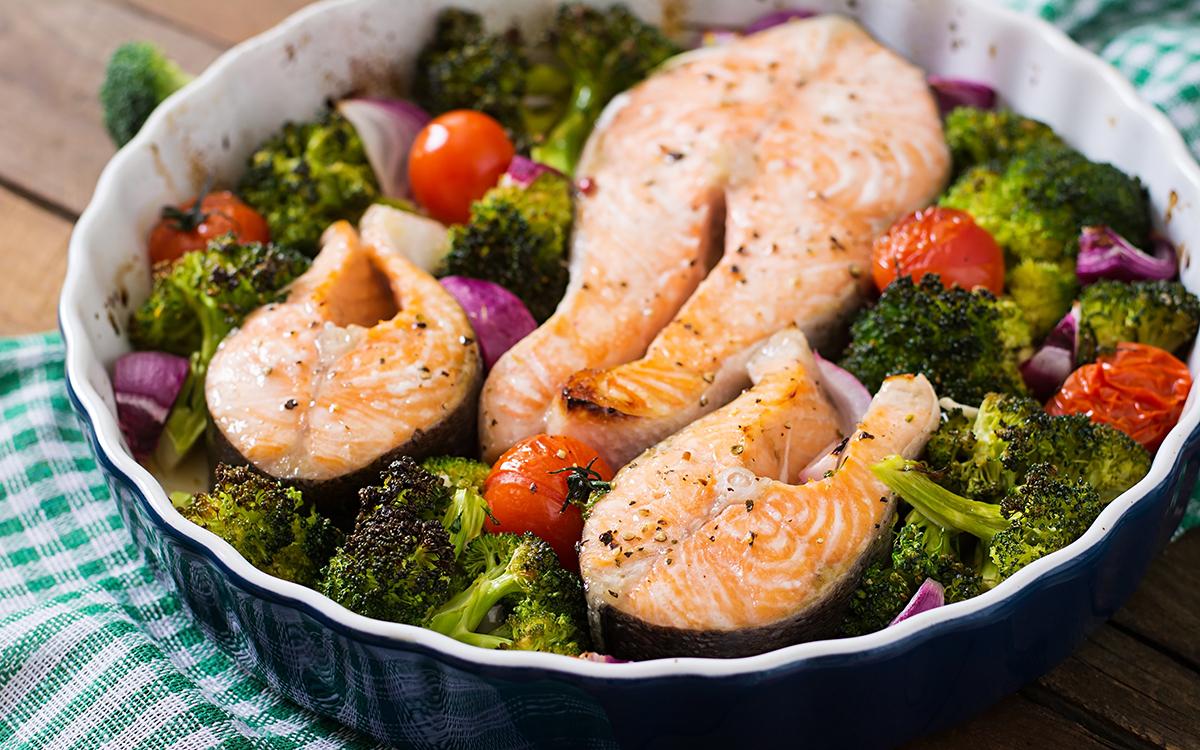Salmón al horno con brócoli y coles de bruselas