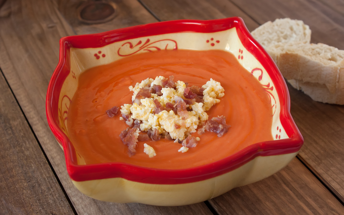Salmorejo tradicional con ibérico y huevo duro