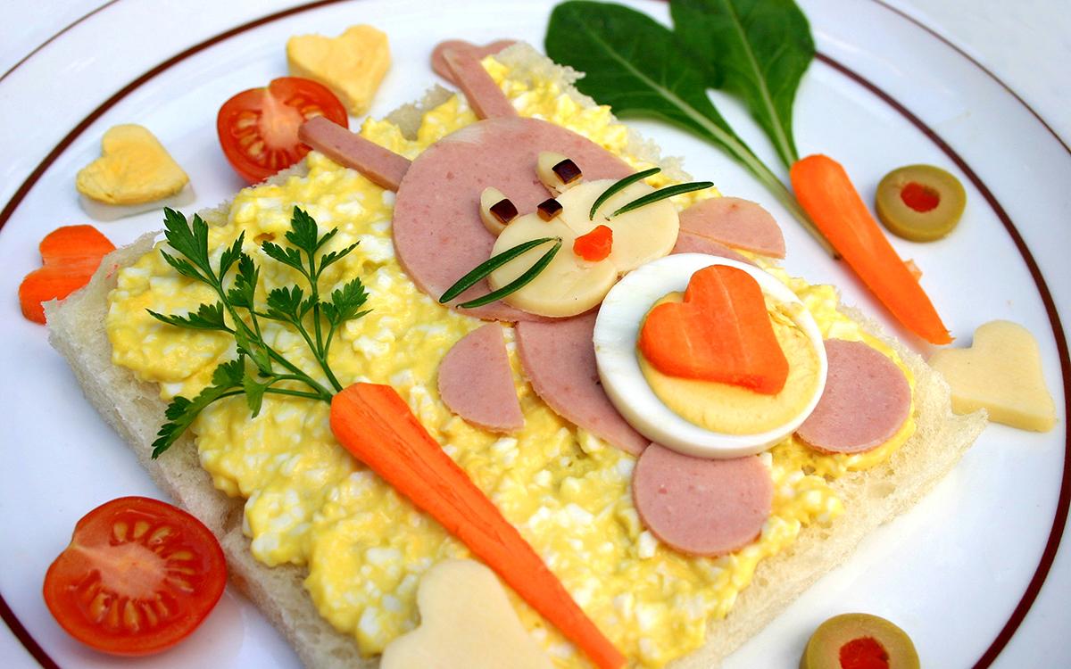 Sandwich infantil 'conejito' de huevo revuelto y embutido