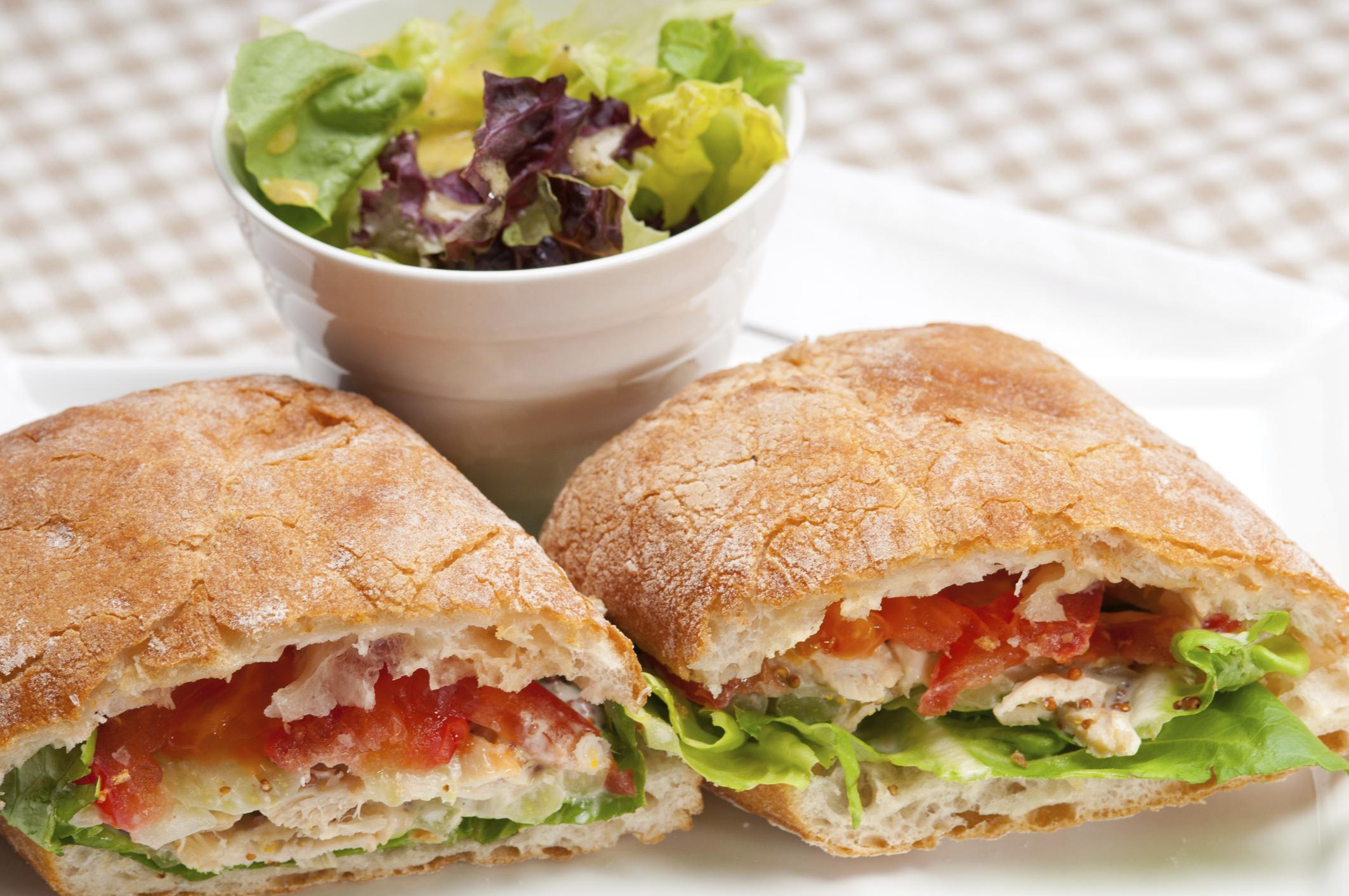 Sándwich de pollo y vegetales