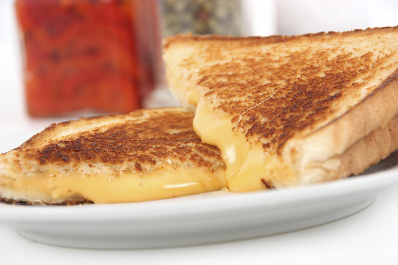 Sándwich con queso fundido
