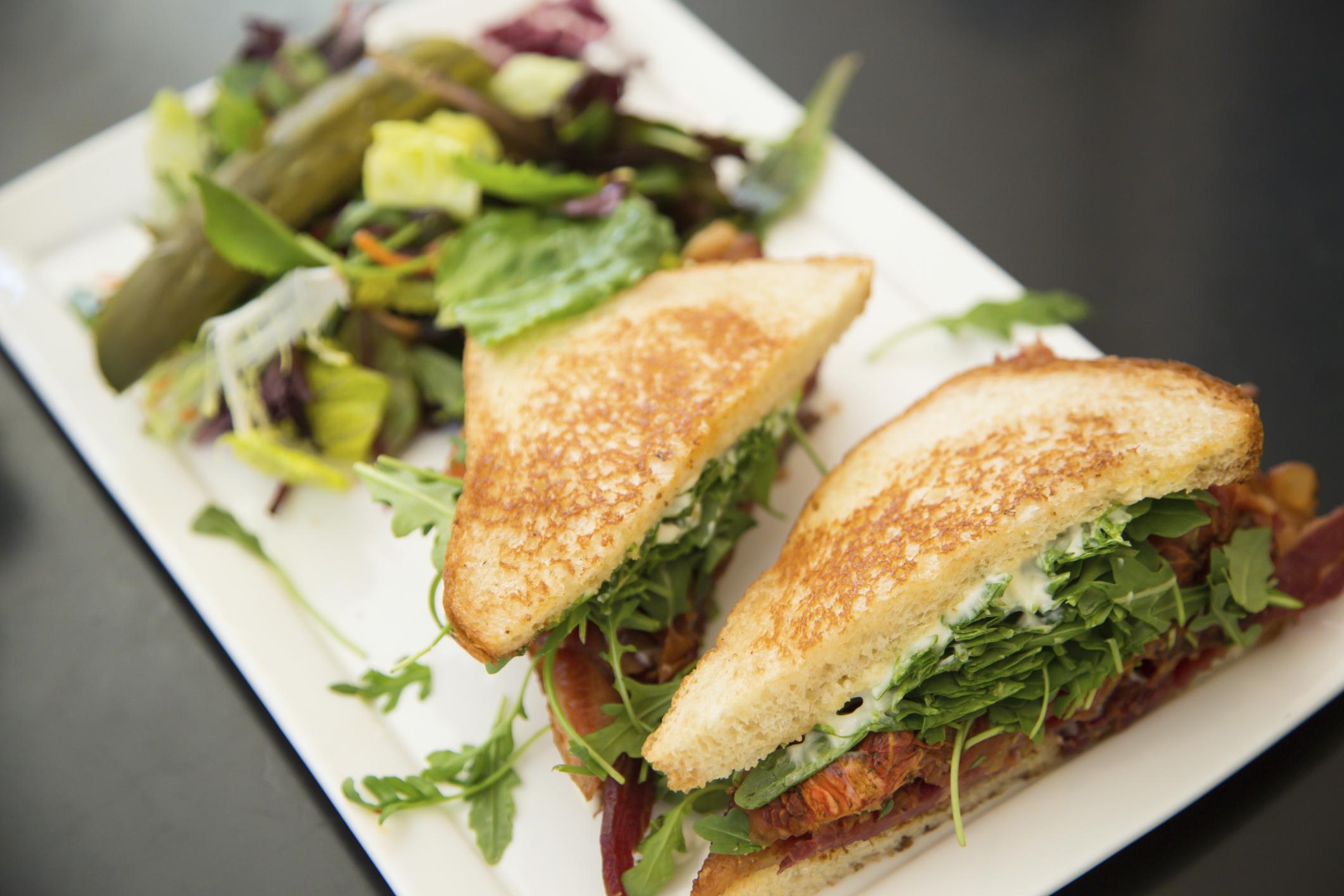 Sándwich de rúcula, tomate y cecina