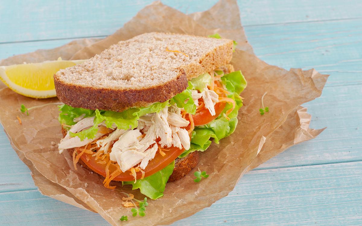 Sandwich de pollo y ensalada