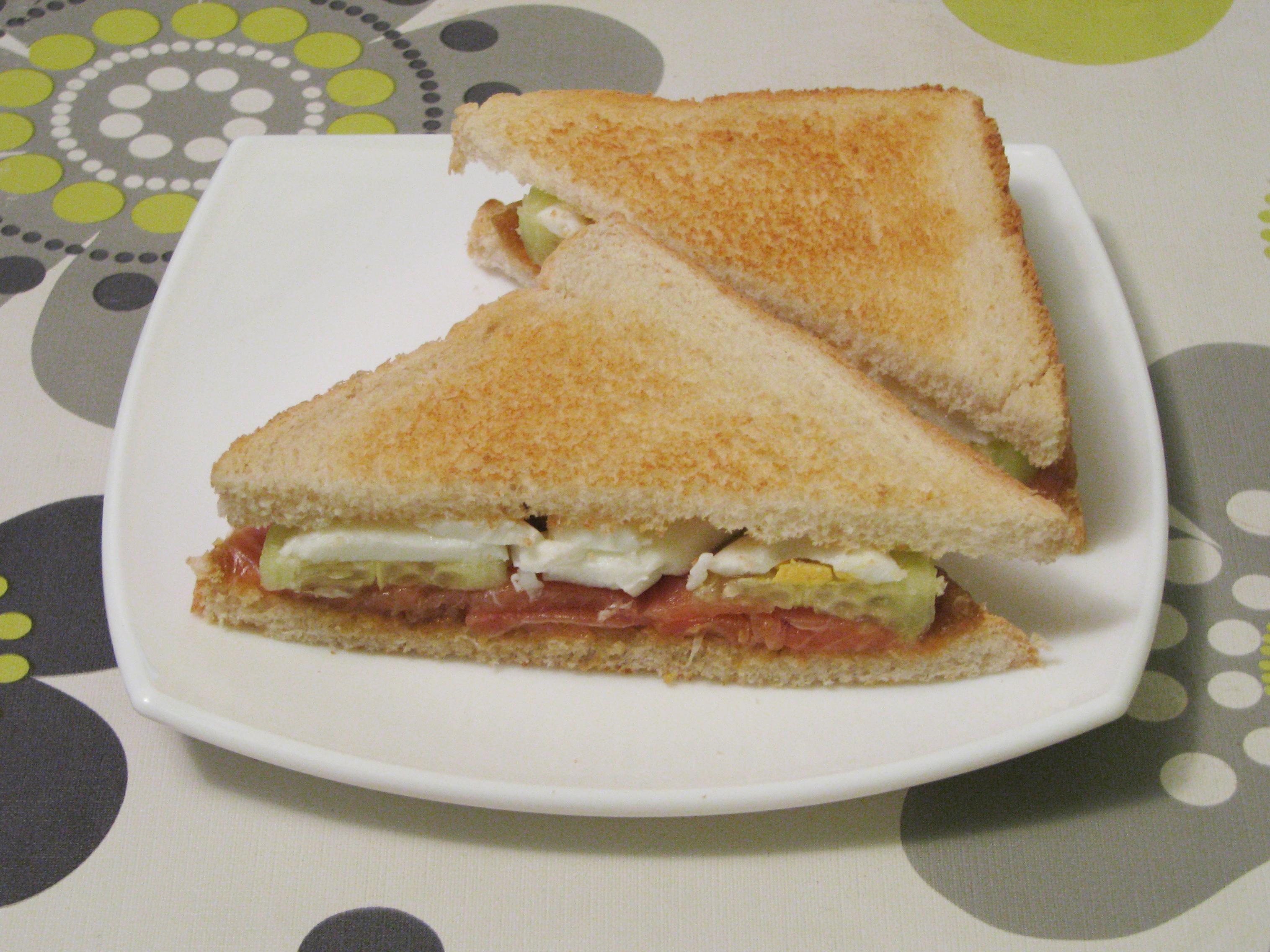 Sándwich de salmón con salsa verde