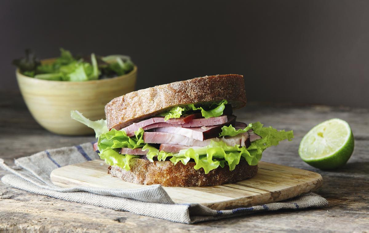 Sandwich de jamón y ensalada