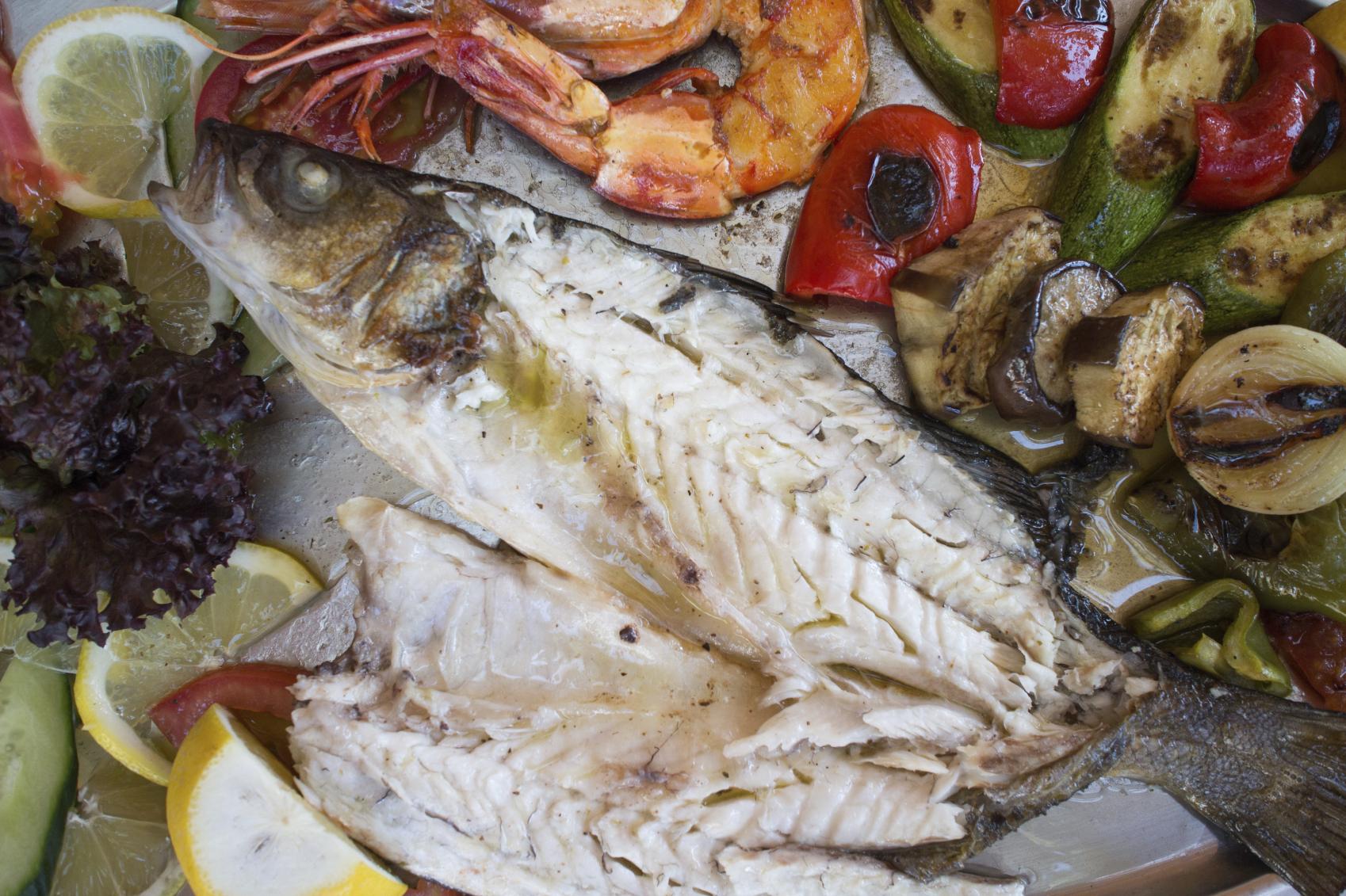 Pescado con gambas y verduras a la plancha
