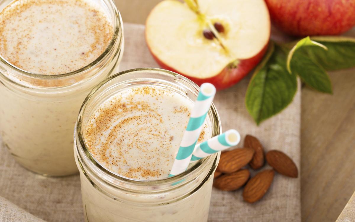 Smoothie de manzana, plátano con almendras y canela
