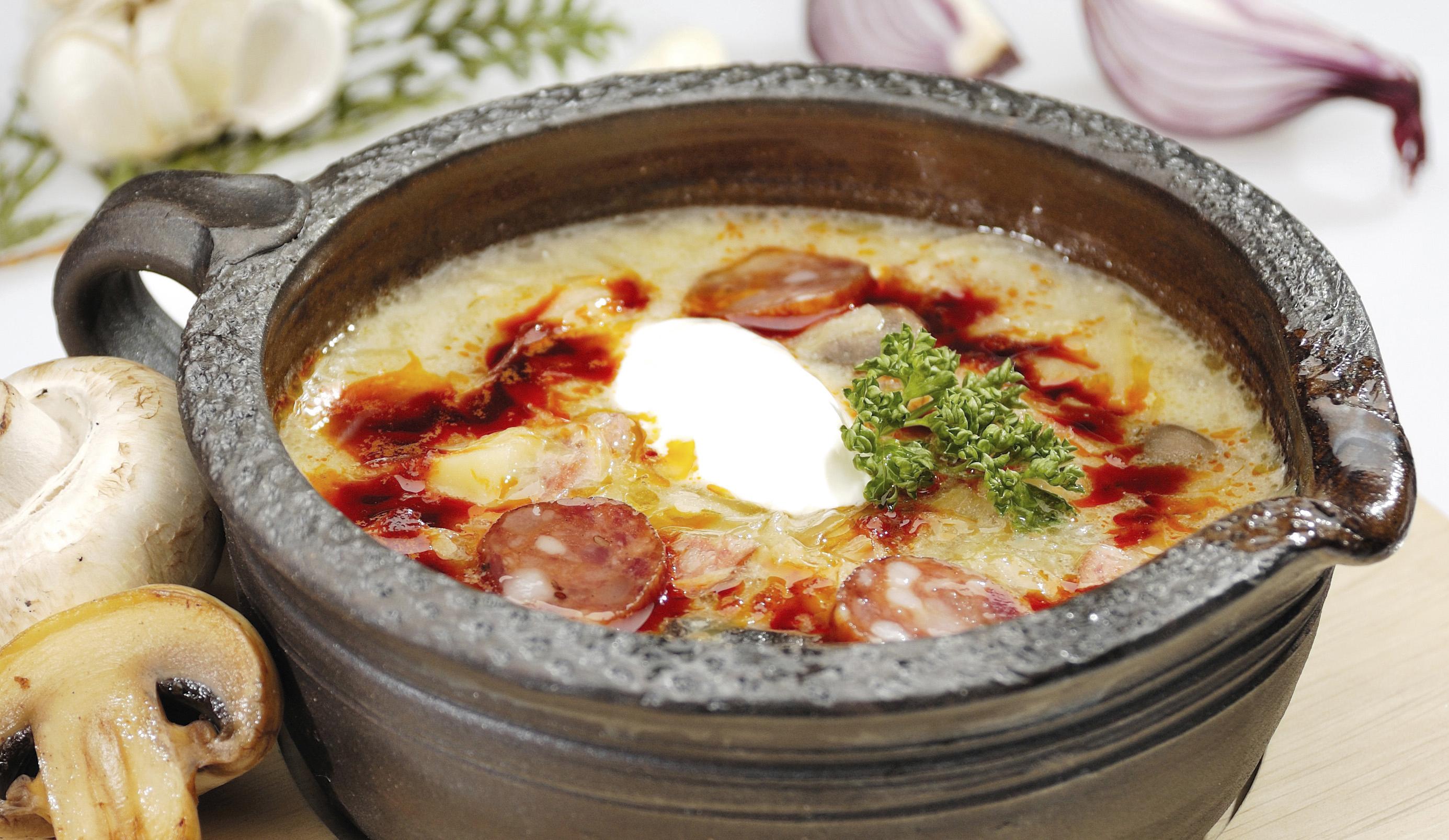 Sopa de ajo con jamón serrano y chorizo