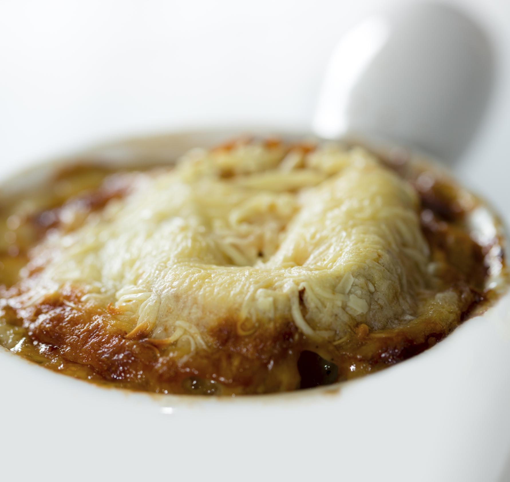 Sopa de cebolla clásica francesa