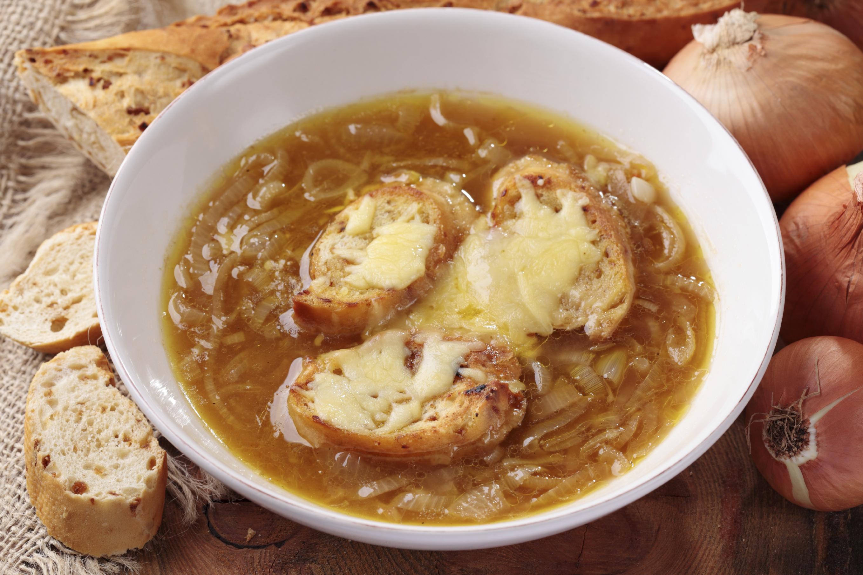 Sopa de cebolla y queso provolone gratinado