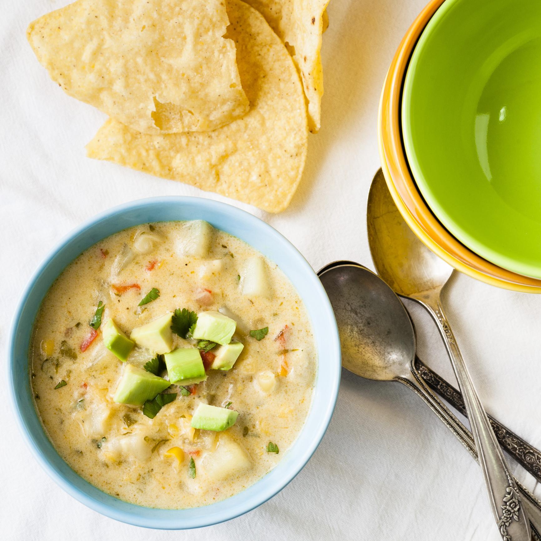 Sopa de cebolla con aguacate