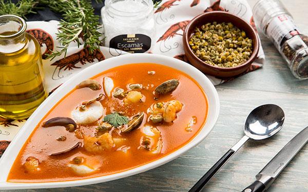 Sopa de marisco a la manzanilla con bacalao, patata, almejas y habas