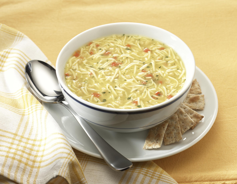 Sopa de fideos con caldo de pollo y verduras