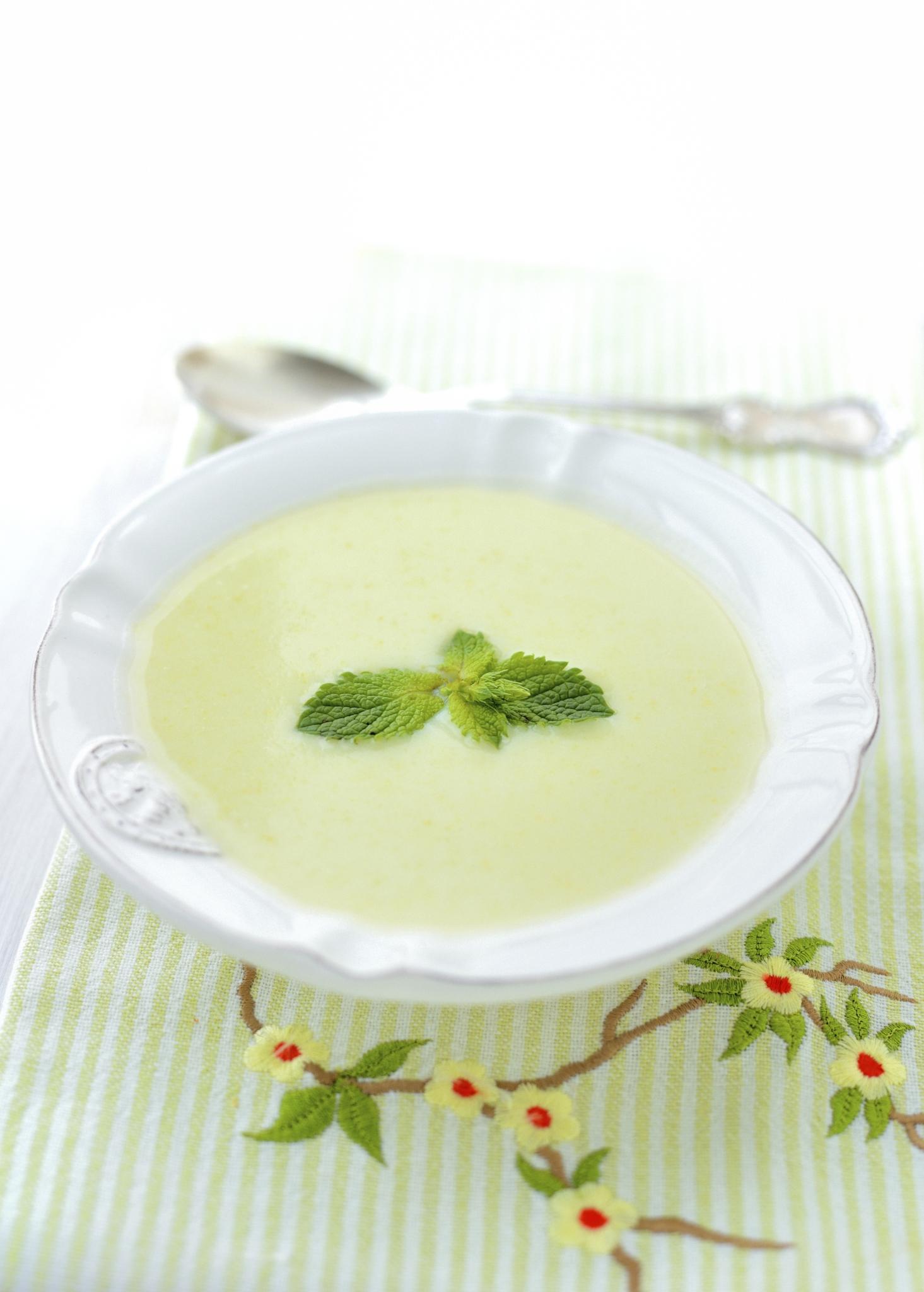Sopa fría de puerros, lima y menta