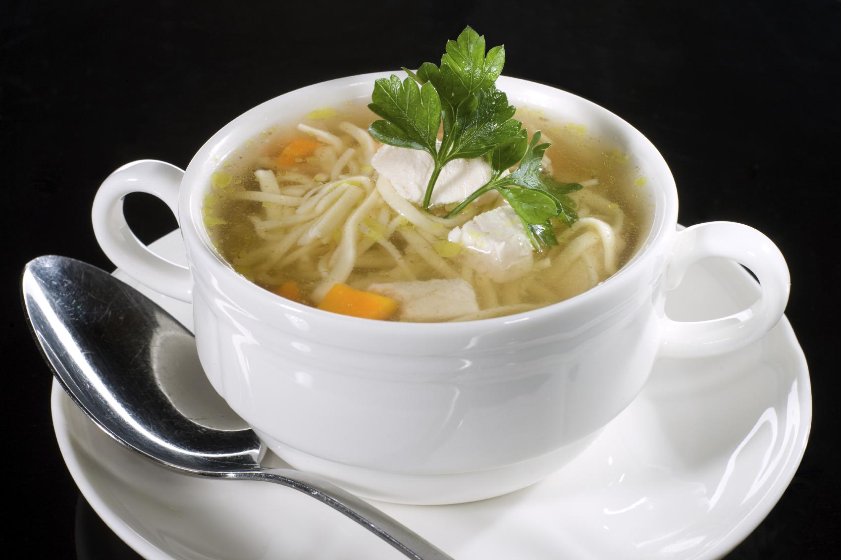 Sopa de pollo con fideo casera