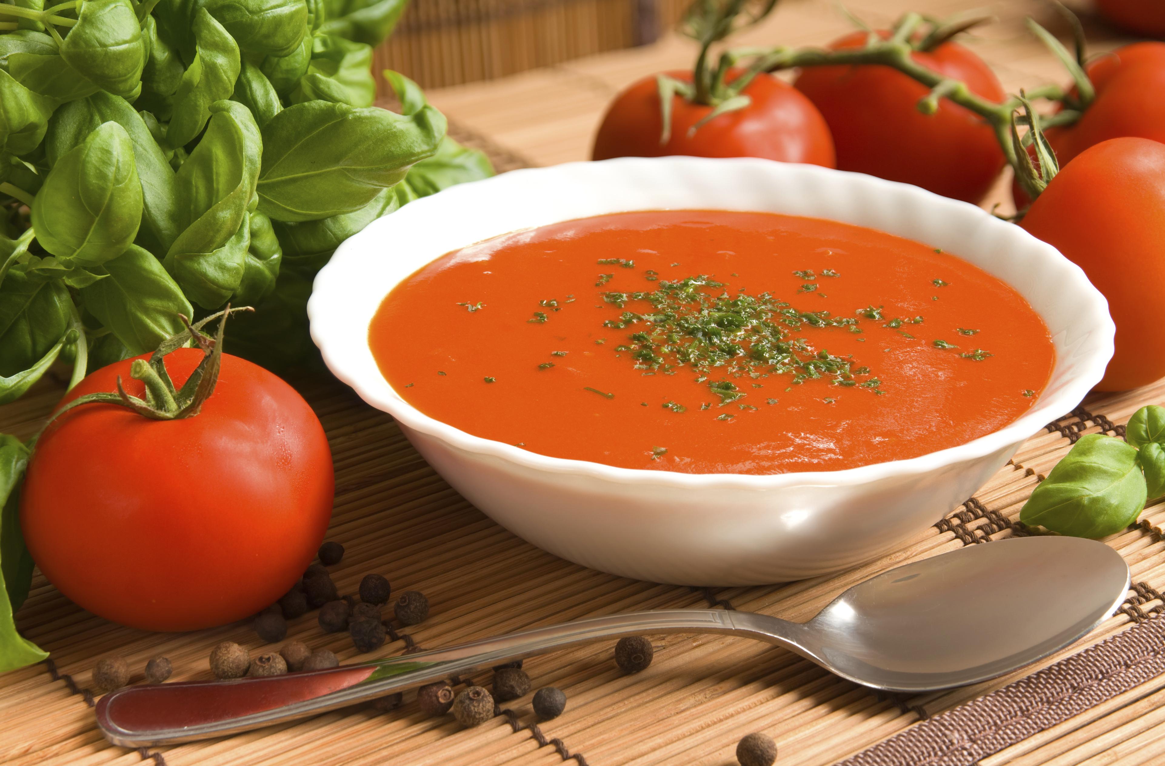 Sopa de tomate con albahaca
