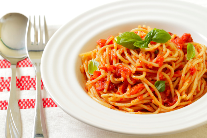 Spaghetti con tomate, albahaca y ajo