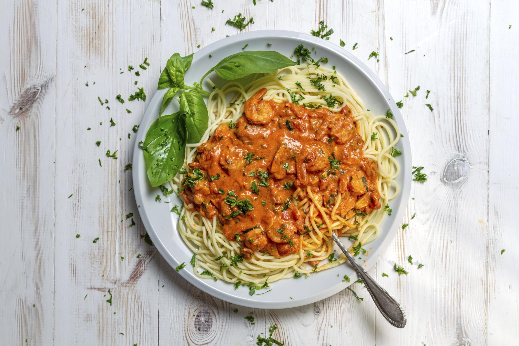 Spaghetti con salsa de tomate y gambas