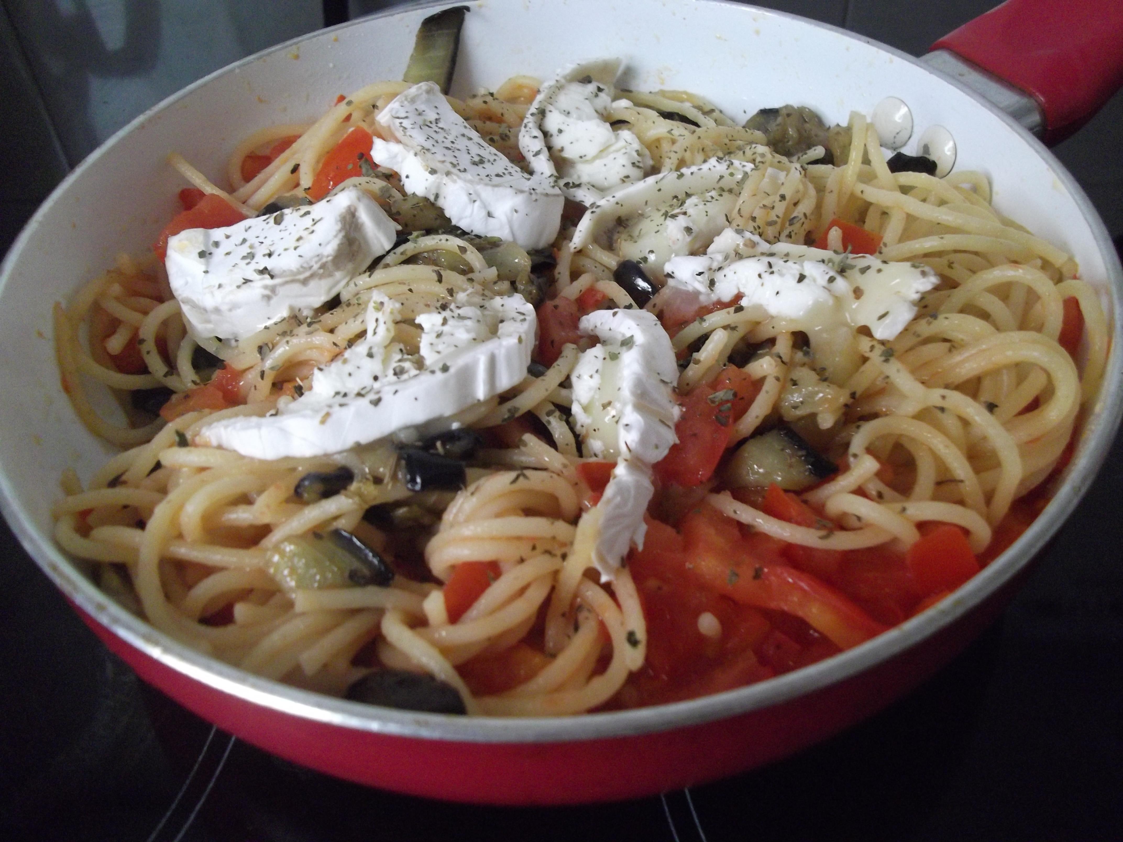 Espaghetti con ragú de berenjena y queso de cabra