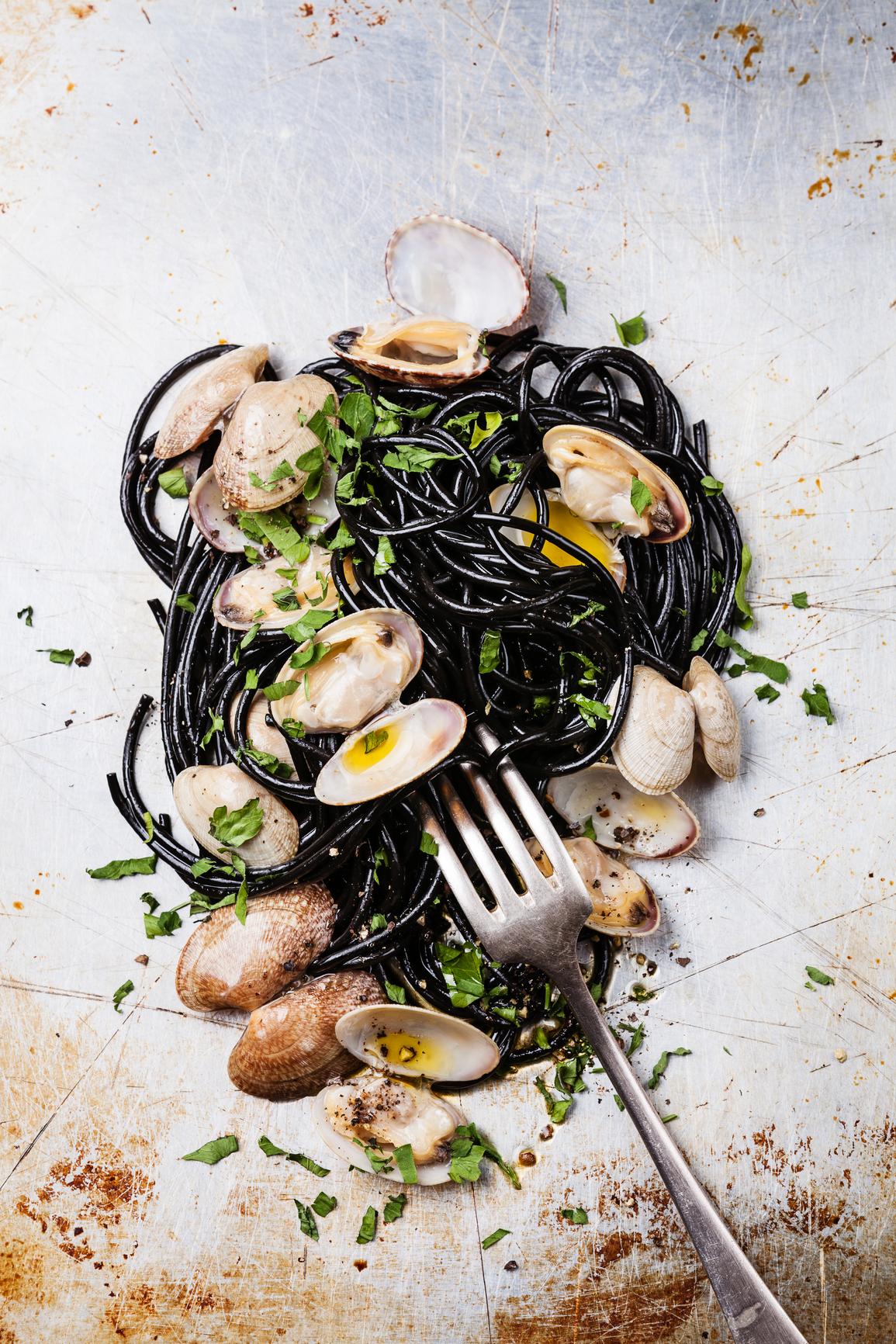 Spaguetti a la tinta de sepia con almejas y ajos