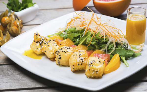 Sushi dulce con salsa de mango